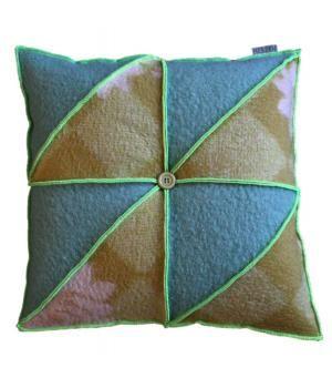 Groot kussen bekleed met wollen dekens in een geometrisch patroon. Het kussen is afgewerkt met neon groen lockgaren. Ook te bestellen in andere kleuren.