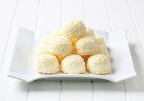 Bon bon al cocco: la ricetta golosa senza cottura che non spreca i biscotti sbriciolati