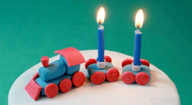 Faire un petit train en pâte à sucreFabriquez avec les enfants un petit train en pâte à sucre à déposer sur le gâteau d'anniversaire. Un jeu d'enfant avec notre pas-à-pas en images.Découvrez d'autres idées pour décorer des gâteaux avec de la pâte à sucre avec notre diaporama dédié.