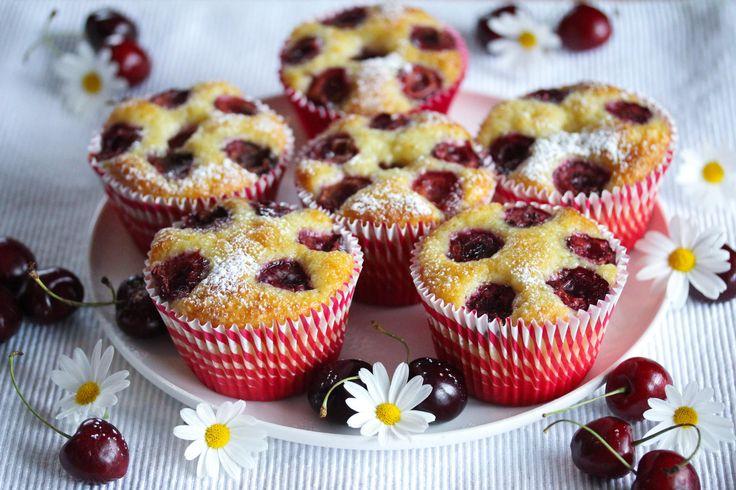 Nå i sommerferien er det herlig å anstrenge seg minst mulig, og det gjelder også på bakefronten. Noe søtt, godt og hjemmebakt er likevel hyggelig å sette frem! Løsningen er å finne enkle oppskrifter som krever minimalt med innsats. Her er en oppskrift på kjempegode rømmemuffins som du lager på null komma niks! Moreller på toppen smaker nydelig og sommerlig. Du kan variere oppskriften ved å bruke for eksempel jordbær, blåbær, bringebær eller fruktbiter. Oppskriften gir 8 store muffins eller…