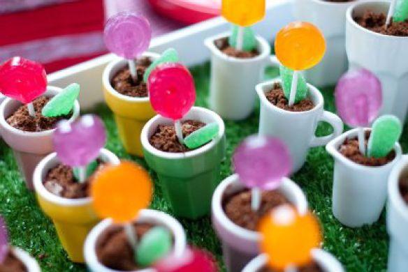 Traktatie-idee: Lollipop in een schattig theeservies! (kinderserviesje (bijv. IKEA) of mini-bloempotjes, chocolademousse, lolly en groen snoepje) #traktatie