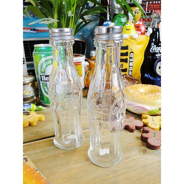 コカ・コーラ伝統のコンツアーボトルをモチーフにしたソルト&ペッパーボトルセットです。本体はガラス製になっているので、形がユニークってだけでなく、清潔感もあって良い感じ!塩やコショウを振るなんて何でもない行為がこのボトルにするだけで、ちょっとしたイベントになっちゃうってワケ!実際、これがダイニングテーブルに置いてあるだけでずいぶんとシーンがおもしろくなるからね!ハンバーガーやピザ食べる時もそばにあるだけでおいしさ倍増って気分にさせてくれるぞ!(≧∀≦)/サイズ:直径4cm×高さ14.5cm(約)