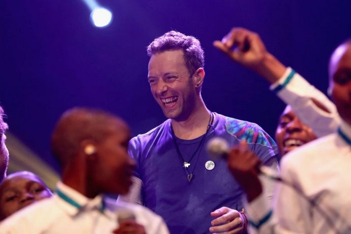 The History Behind Chris Martin's Favourite Tie-Dye T-Shirt ➤ To see more news about fashion visit us at www.fashiondesignweeks.com #fashiontrends  #fashiontips #celebritystyle #elisabethmoments #fashiondesigners @fashiondesignweeks @elisabethmoments