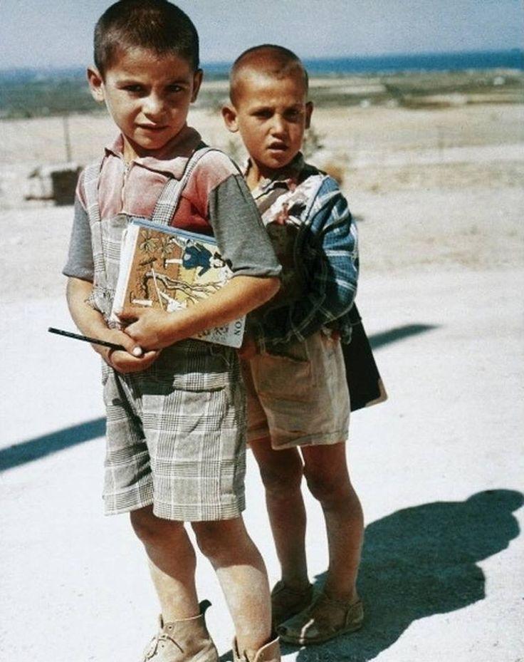Με το αναγνωστικό σφιχτά.... Φωτογράφος Gioulio Corinaldi το 1960,κάπου στην Ελλάδα..
