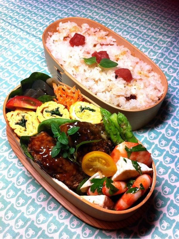 posted from @okukatu1130 そして今日の息子のお弁当です。✌️ 梅ご飯、ハンバーグ、三つ葉卵焼き、海老とカマンベールのハーブオリーブ、アスパラ胡麻和え等〜 #お弁当 #obentoart #わっぱ弁当