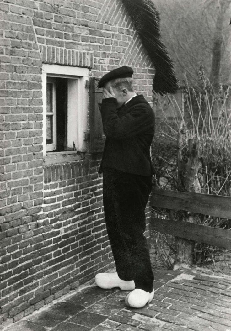 Steden en dorpen. Een zogenaamd vrijvenster in Staphorst. Daarachter lag de ongetrouwde boerendochter bij wie haar verloofde op gezette tijden via het venster op bezoek mocht komen met als doel dat ze zwanger kon worden. Staphorst, Nederland, 1937. #Overijssel #Staphorst