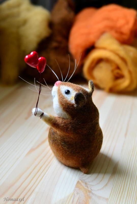 Needle felted valentine hamster by Krupennikova Oxana. Войлочная игрушка Хомяк с сердечками, Крупенникова Оксана. Сердечки крепятся на проволоке, снимаются.