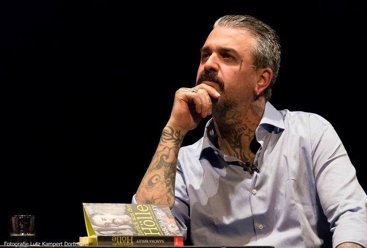Ergreifende und zum Nachdenken anregende Veranstaltung: Sascha Bisley bei seiner Lesung und Buchpremiere im Schauspiel Dortmund