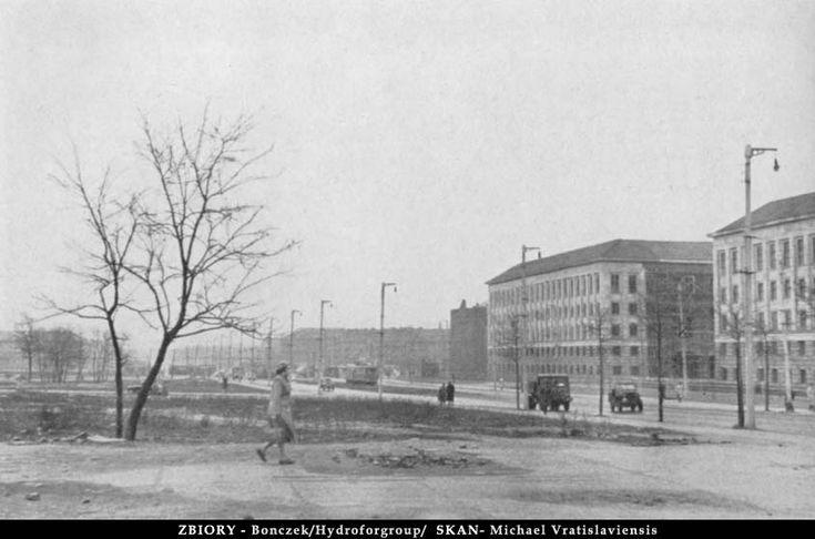 Plac Grunwaldzki. Oj szeroki był ten pas startowy lotniska... Ciekawi mnie to czy te latarnie po prawej stronie są przedwojenne.Lata 1955-1960