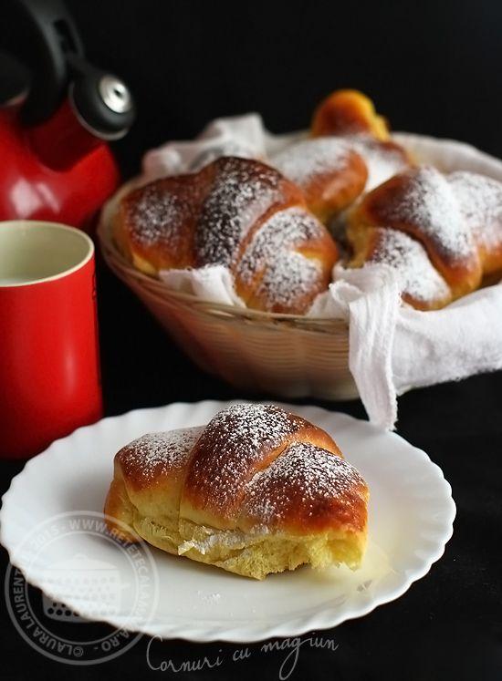 Cornuri cu magiun pentru un mic dejun incantator Cu greu imi pot imagina un start mai frumos al unei zile: cornuri moi si parfumate, bucataria mirosind superb, cafea buna si ceai de calitate,