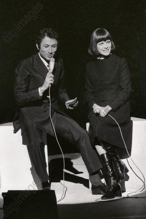 Mireille Mathieu lors d'un récital ; à d., le présentateur télé Michel Drucker, mars 1971