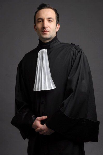 La Must Have Homme est une robe d'avocat 100% polyester dans un tissu infroissable, les revers sont en satin Duchesse. Pour compléter votre robe d'avocat, vous avez le choix entre trois sortes d'épitoges avec ou sans fourrure. / The Must Have Rights is a lawyer's robe in 100% polyester wrinkle resistant, the lapels are satin duchess. To complete your lawyer's robe, you can choose between three types of hoods with or without fur.   http://www.maison-ella.com