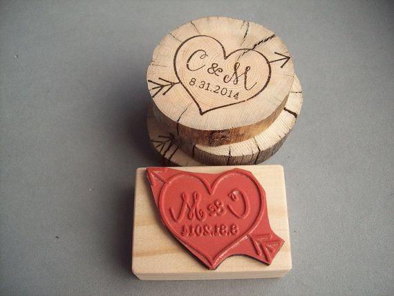 Cupid Herzen Pfeil Stempel mit persönlichen Initialen und Datum - Datum, Hochzeiten, Jubiläum, Waldland Hochzeit Stempel zu speichern