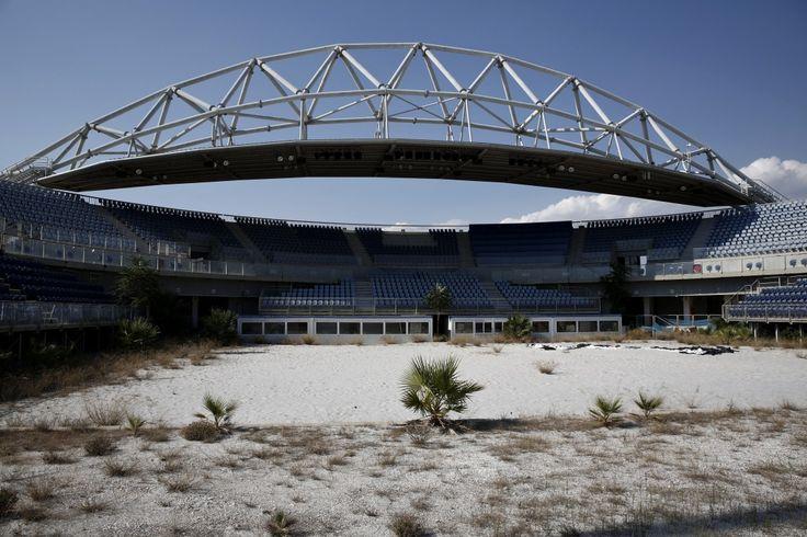 Le stade abandonné du complexe de Faliro au sud d'Athènes, qui a accueilli la compétition de beach volley en 2004, 29 juillet 2014.