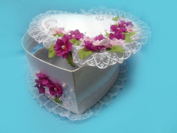фиолетовые и розовые цветы на денежном сундучке.Handiwork Irina Sharm. Design studio Soprun Vladislava.