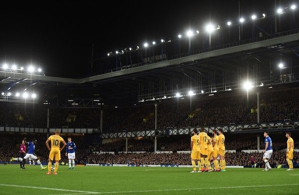 Everton's Belgian striker Romelu Lukaku (L) strikes the ball as he takes a free-kick to scores his team's first goal during the English Premier League football match between Everton and Crystal Palace at Goodison Park in Liverpool, north west England on September 30, 2016. / AFP / PAUL ELLIS / RESTRICTED TO EDITORIAL USE. No use with unauthorized audio, video, data, fixture lists, club/league logos or 'live' services. Online in-match use limited to 75 images, no video emulation. No use in…