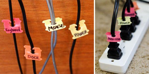 Gebruik broodzaksluitingen om je kabels en stekkers te organiseren.