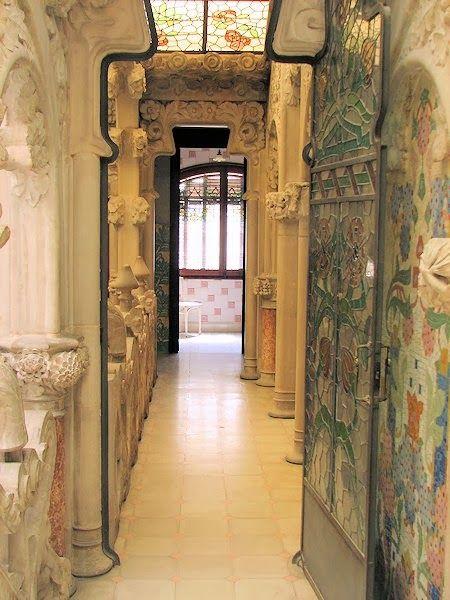 Casa Navás. Lluis Domènech i Montaner. Reus . La cerámica, los mosaicos, los esgrafiados, las esculturas en piedra y las vidrieras están presentes en cada centímetro de la vivienda.