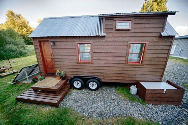 mobiles haus mit Blechdach und Solaranlage