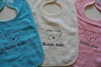 Voor het merk Buddy Beer produceren wij slabbertjes geborduurd met het logo van Buddy Beer. Onder de afbeelding van Buddy Beer (op de plek van de tekst Buddy Beer) kunnen we een naam borduren De slabbertjes zijn leverbaar in de kleur donkerroze, donkerblauw, baby roze, baby blauw, groen, oranje, rood, grijs, wit en ecru. #babyborduurkado