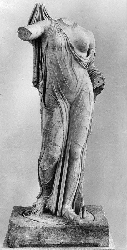 Άγαλμα Αφροδίτης, αντίγραφο του τύπου Λούβρου-Νεάπολης από το Σαραπείο Θεσσαλονίκης. Statue of Aphrodite, copy of the Louvre-Naples from Sarapeio Thessaloniki.