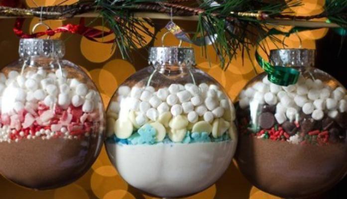 Wij zijn dol op Kerstmis én we zijn ook grote chocoladeliefhebbers. Deze kerstballen zijn dan ook the best of both worlds. Leuk om in je kerstboom te hangen, maar je kan ze ook cadeau geven. Lekker en origineel!