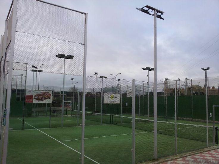 Instalación de iluminación led en las pistas de pádel del club Novopadel, ahorro energético en instalaciones deportivas