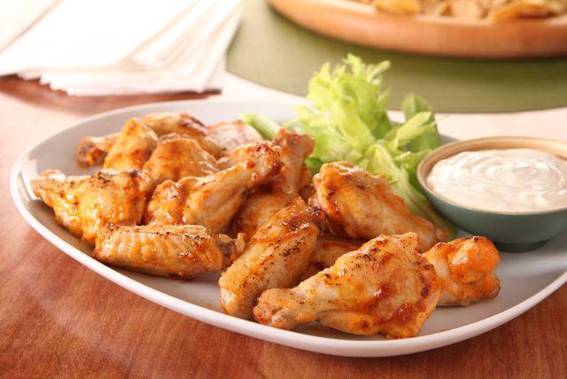 Personne ne peut résister à ces ailes piquantes, épicées, enrobées de sauce et cuites au four. Vous verrez, tout le monde en raffolera!