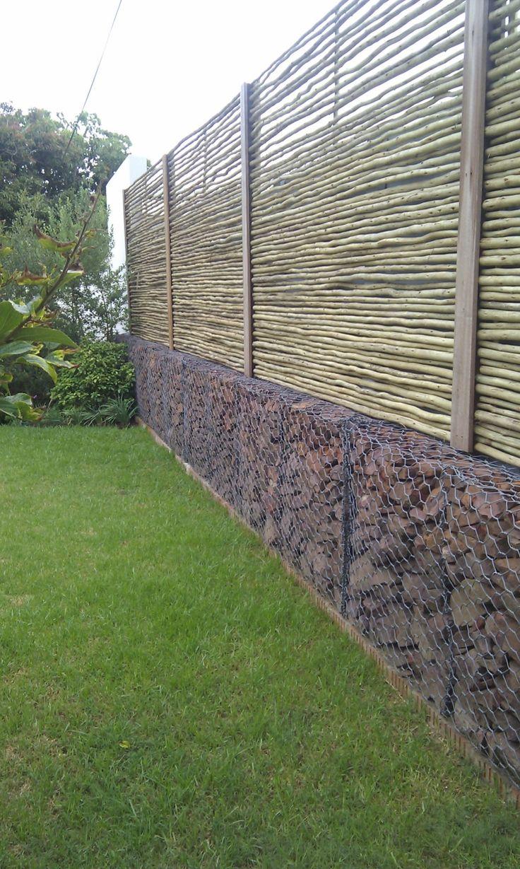 Gabionenwand Gabionenzaun Moderne Gartengestaltung Rasen Sichtschutz Holz Latten