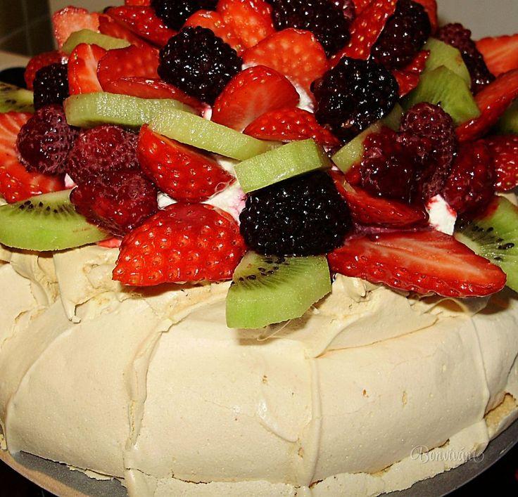 V nedeľu som potrebovala narýchlo spraviť nejakú tortu pre dcérkinho partnera k narodeninám. Chcela ovocnú, bez čokolády a orechov. Napadla ma ihneď Pavlova - lahodný dezert ktorý prvýkrát pripravil v r. 1926 šéfkuchár hotela vo Wellingtone pre ruskú baletku Annu Pavlovu. Vylepšených a pozmenených receptov je strašne veľa.