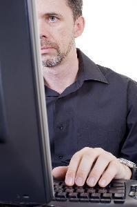 """Outlook 2003 Cómo remover el espacio doble en tu firma de correo electrónico. Haz clic en el final de la primera línea y presiona la tecla """"Borrar"""" en tu teclado. Apreta las teclas """"Shift"""" y """"Entrar"""" simultáneamente para crear una nueva línea. Repite esto para cada línea en tu firma."""