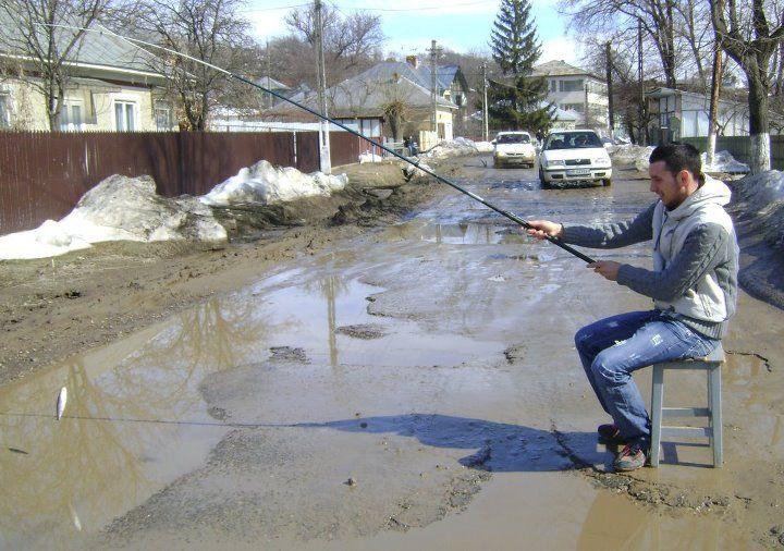 La pescuit pe drumul public  http://www.realitatea.net/poza-zilei-primita-de-la-cititori-la-pescuit-pe-drumul-public_923997.html
