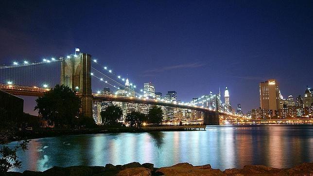 Puente de Brooklyn, diseñado porJohn Augustus Roebling. De estilo neogótico, fue la primera vez que se usó cemento en un puente cogante.