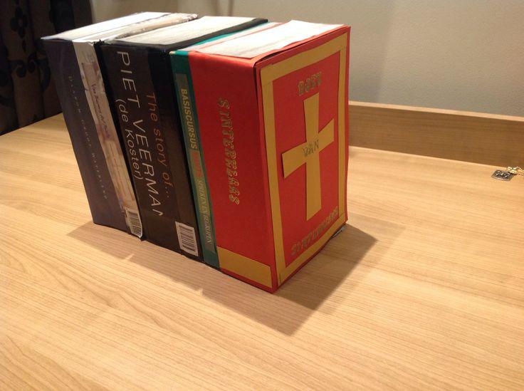 sinterklaas surprise in de vorm van een rijtje boeken