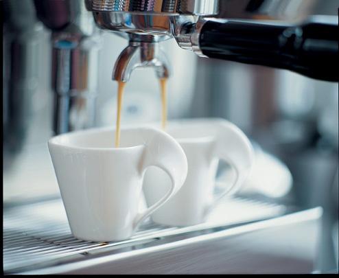 Vůně kávových zrn a horké vody