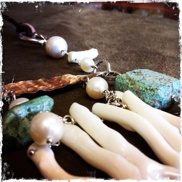 Collana con foglia di rame, turchese africano, perle di fiume e rametti di corallo bianco, chiusura in argento