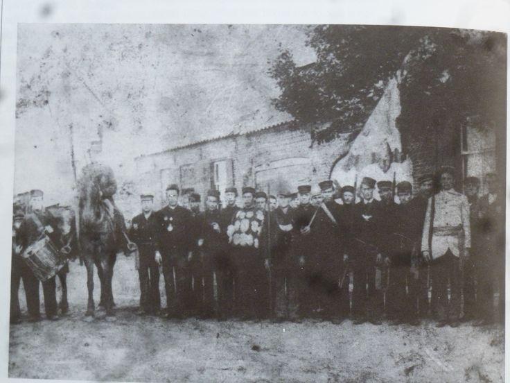 St-Joris gilde te Geldrop. Dit zou een foto  uit 1908 zijn, maar de jonge mannen zijn nog gekleed volgens de 19e eeuwse mode met hoge pet. De foto lijkt me dus ouder. #NoordBrabant