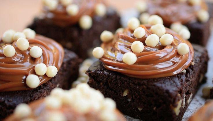 Ingredientes: 5 muffins de chocolate grandes o porciones de queque. ¾ tarro de leche condensada ½ taza de nueces ½ taza de cacao 1 ½ taza de manjar Chips de chocolate blanco Preparación: Desmenuzar los muffins o queques, ponerlos en un bol agregar la leche condensada y cacao en polvo, mezclar con ayuda de la... Seguir Leyendo
