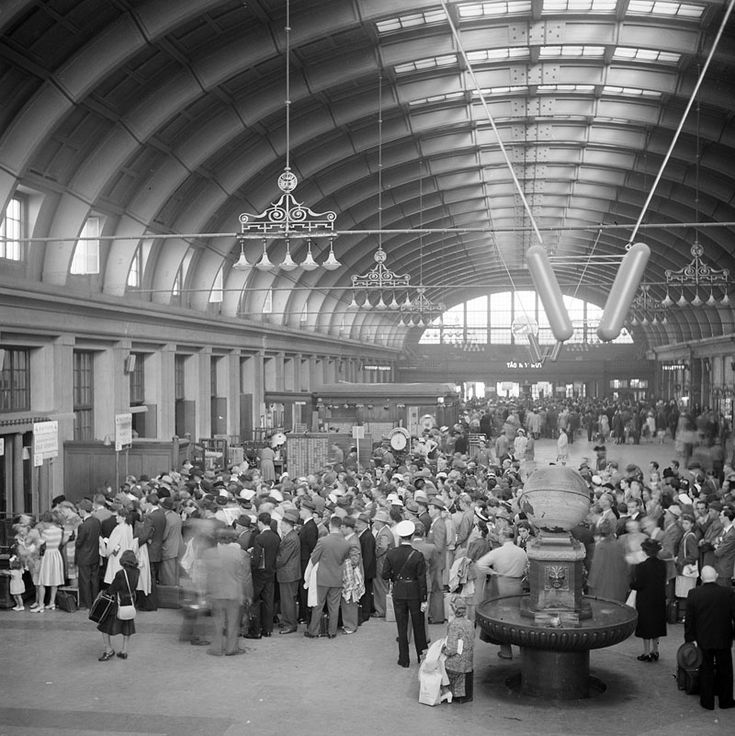 Central Station in the 1940s... Köbildning i Centralstationens hall - Stockholmskällan