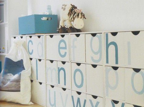 cubículos de etiquetas o cajas con las cartas que los niños puedan aprender.
