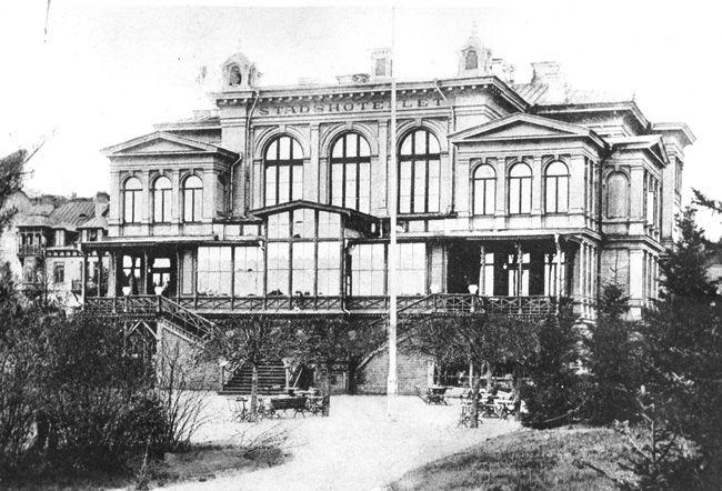Södertälje - Stadshotellet sedd med sin charmiga trädgårdsentré från Stadsparken.