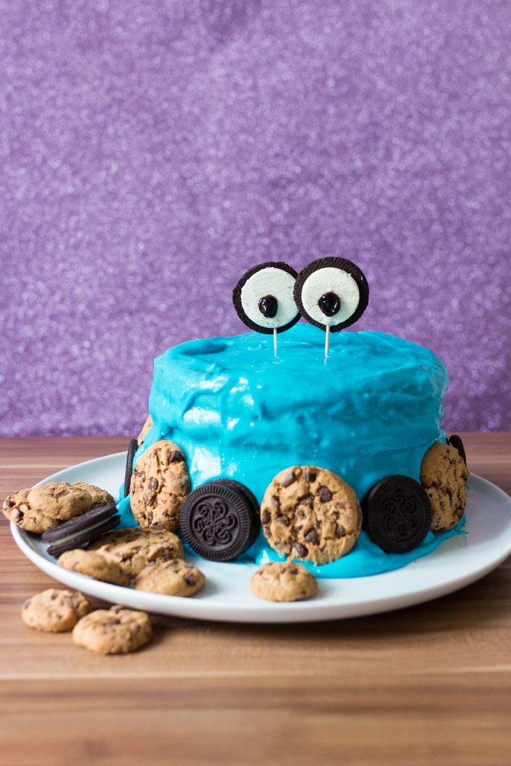 Rezept/Anleitung für einen Krümelmonster-Kuchen - Gefüllt ist mit Cookie Dough und verziert mit blauem Frischkäse-Frosting und noch mehr Keksen. Cooookies!