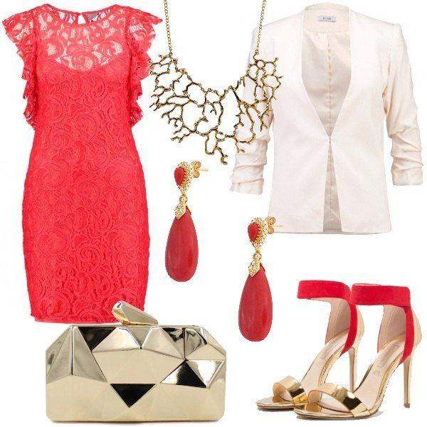 Abito elegante in pizzo color hibiscus. Giacca leggera con maniche a tre quarti. I sandali rossi e oro hanno il cinturino alla caviglia e si abbinano alla clutch rigida. La collana e gli orecchini color corallo richiamano il mare.