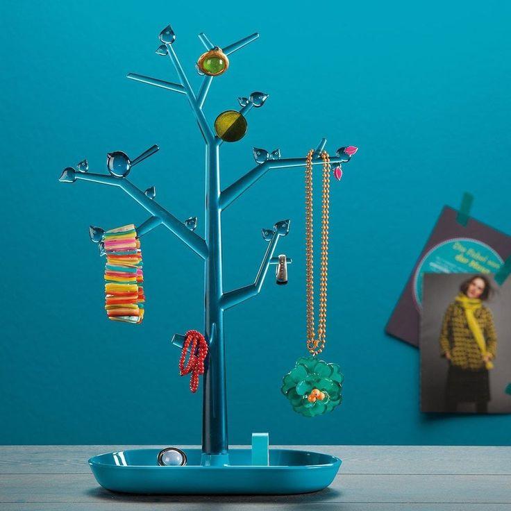 Украшения, возможно, и не растут на деревьях, но они отлично на них хранятся. Наше декоративное дерево сэкономит время на поиски украшений и аксессуаров. Оно просто создано для цепочек, сережек и браслетов. Кольца, часы и очки удобно хранить на подставке в основании дерева. Отверстия в листочках отлично подходят для сережек-гвоздиков.Высота 43,8 см Доступна в меньшем размере PI:P M 14 отверстий для сережек Пластик без содержания бисфенола А, меламиновых смол, пластификаторов и токсичных…