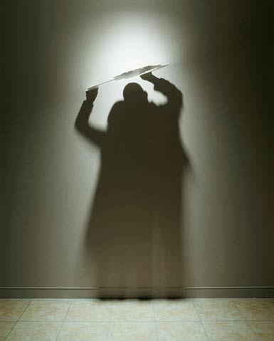 """Light-and-Shadow-Kumi-Yamashita-3  """"Light and Shadow"""" est une superbe série de sculptures à base de lumière et d'ombres, imaginées par l'artiste japonais Kumi Yamashita, basé à New-York. Chaque forme sculptée révèle une ombre insoupçonnée et dévoile un personnage caché. Un travail très impressionnant de maitrise des ombres."""