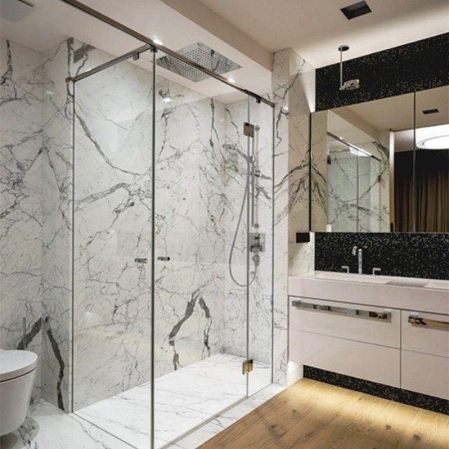 Interesante dise o de contraste de claros y oscuros y piso de madera y paredes de marmol ba os - Banos de contraste ...