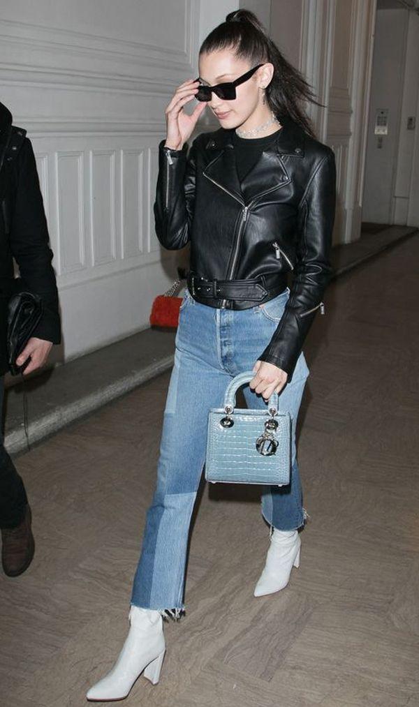 Calça jeans bicolor Jaqueta couro preta Bota branca Bolsa azul