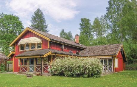 Hestra  Groot en heerlijk vakantiehuis met veel plaats voor iedereen. Het huis beschikt over 2 woonkamers met biljard tafel zitzakken en een open haard. Ook beschikt het huis over een wintertuin. In de tuin staat een trampoline ook is de tuin omheind en daarmee ideaal voor hond en kleine kinderen. Op 800 meter afstand ligt het Hammarsjön meer waar u kunt zwemmen. In de nabije omgeving in het landschap ligt de mooi gelegen golfbaan van Isaberg. Ebenso en het gelijknamige skigebied. Zomer…