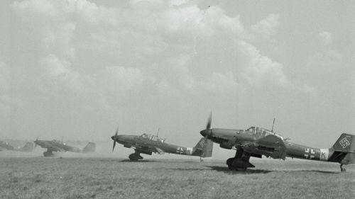 Stukat lähdössä pommituslennolle Immolan kentältä 28. kesäkuuta 1944.