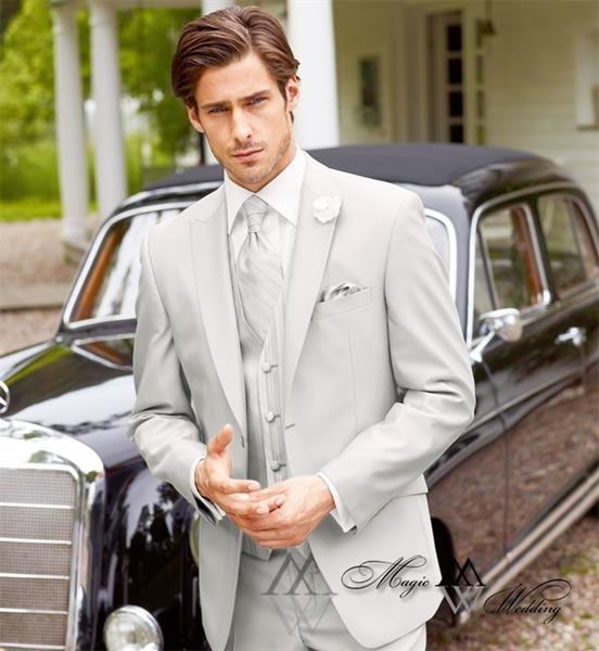 Светло серый костюм жениха фото